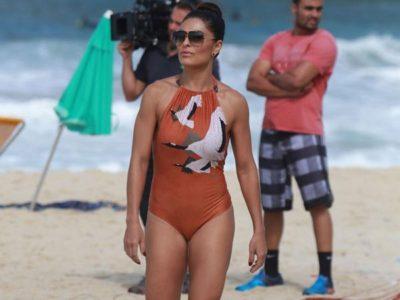 Juliana Paes grava últimas cenas de Totalmente Demais na praia