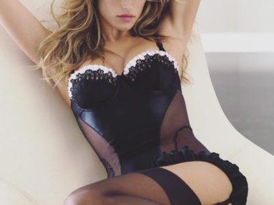 Alessandra Ambrósio sensualiza ao desejar bom dia aos fãs