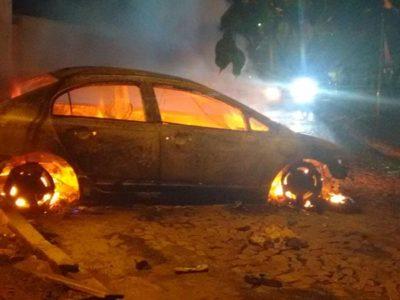 Carro é incendiado após briga de trânsito em Água Branca