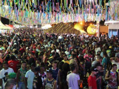 Avenida Beira Rio lota na primeira noite do Carnaval de Picos 2017